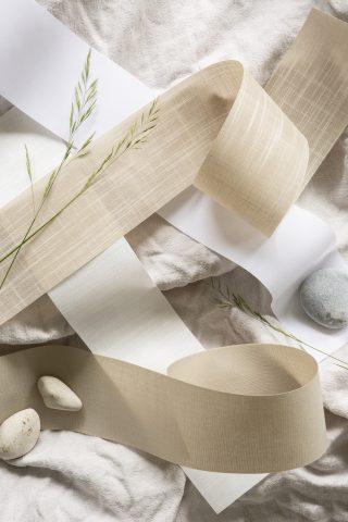 Tygprover för lamellgardiner i vitt och beige