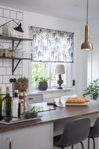 Liva upp köket med en mönstrad rullgardin
